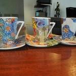 ガット ソリアーノ - カウンター上の鮮やかなカップ