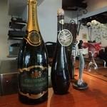 ガット ソリアーノ - カウンター上のシャンパン