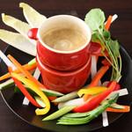 Pizza & Sports DIME - 「厳選野菜のバーニャカウダ」・・・旬の新鮮な野菜をカラフルに盛り付けて。ヘルシーな野菜が気軽につまめると女性に大人気です。