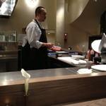 リストランテルーチェ - 清潔感のあるオープンキッチン