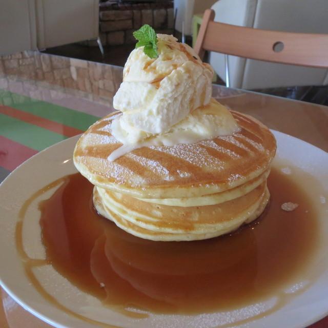 オレンジ カウンティ Cafe - アメリカンパンケーキ * 漂白していない国産小麦 * 四つ葉バター * 手立てホイップクリーム  プレーン(メープル・バター)800円  ※ アイスクリームトッピング  +200円