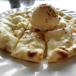 ミラマハル - もちもちのナンにアイスクリームをトッピング!スウィート・ナン500円