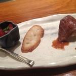 鉄板焼 濠 - 牛のお寿司とマグロのユッケを乗せて