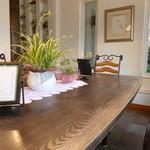 ホワイトバーチ - 店内はこのような大きなテーブル席とカウンターのみです。