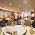 南園 - 料理写真:明るい店内。最大22名まで入れる個室も完備