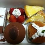 19185732 - ケーキ購入(サバラン、ティラミス、マルジョレーヌ、ニューヨークチーズケーキ、イチゴのタルト、洋ナシのタルト)2013/05/26