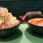 ラーメン107 - (左)ラーメンと(右)野菜なしラーメン