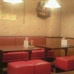 ルプラ - カウンター席の他に、テーブル席があります