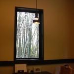19207075 - 窓の外に竹が