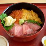 塩釜あがらいん - ...「三色丼(2100円)」、ウニは醤油をかけずに!