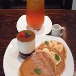 コヴェント ガーデン - ベリーとバナナのティラミスパンケーキ ドリンクセット(アプリコット紅茶)980円