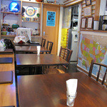 ワッツカフェ - テーブル席。