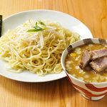 我家 - 豚骨ベースの濃厚スープ。魚介割スープを加えるとやさしい香りがフワッとします。