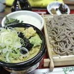 乃木そば神谷 - 山葵・生姜・ネギの下に、鰹の風味が素晴らしく良い、冷たい辛汁