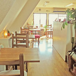 ピコピコカフェ - 自然光がたっぷり入る店内