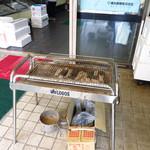 魚辰 - 焼き物系は店頭の炭焼き台で焼いてくれる!