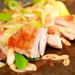 TEPPAN DINING KO-KO-RO - 大山都鶏 もも鉄板焼き 柚子こしょう添え 980円 各旬野菜と共に焼く鉄板焼メニューあります。