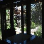 エッセルンガ - 店内から中庭の眺め