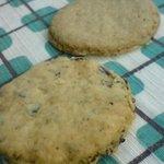お菓子のポレポレ - (上)全粒粉のクッキー1枚40円、(下)ビスケットローズ1枚40円