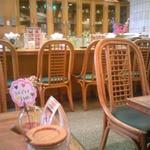 まほろば - カウンターを取り巻くようにテーブル席があり、店内はかなり広い目です。