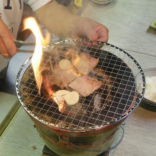 本格七輪で豪快に煙を出しながら焼いて食べるお肉は絶品!