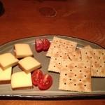 """ダイニング酒場 風"""" - 燻製チーズ&クラッカー"""