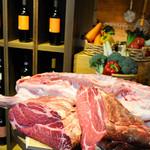 ビストロ 熟肉 - おいしいビオワインを片手に熟成肉をほおばる!