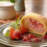 カフェ クウワ - イチゴのロールケーキ
