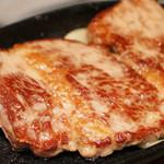 """19247843 - 鉄板から""""ハミダシ""""そうなくらい、大きなお肉はジューシーでした。"""