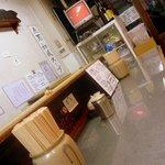 洛二神 - お店は9席のカウンターのみです。L字型になってます。ここは奥から入口方面を撮ってます。