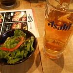九州黒太鼓 - すぐに出されたサラダとお冷代わりのウーロン茶