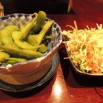 けいちゃん - お通しは生野菜サラダと暖かい枝豆
