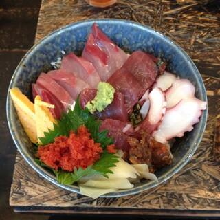 いびさ - ランチの海鮮丼(950円)これに味噌汁・小鉢2種付がきます。