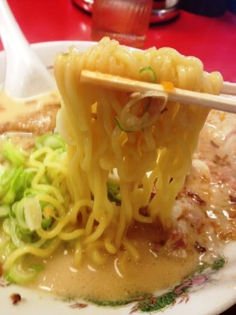 支那そば 北熊 総本店 - 麺は卵ちぢれ麺