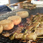 ろばた焼 あさ井 - 料理写真:焼き台で豪快に焼く、焼き鳥や焼きおにぎり