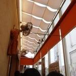 壱番館 - 店内テラス席 テラスの外は海ではなく路地なのが残念