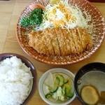 茶の間 - とんかつ定食(500円)