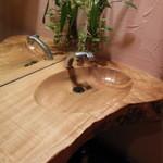 樹の部屋 - トイレの洗面台