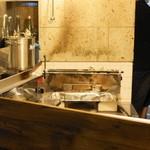豚小家 - 2013.6 ガラス張りの焼き台(炭火です)