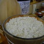 餃子どん - 大きな櫃に入れた麦飯は、自分でよそる。