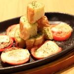 笑来 - 小林のトマトとモッツァレラチーズをこんがりと焼いた「焼きカプレーゼ」