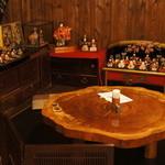 茶房さくらさくら - ひな人形や器に囲まれたカフェスペース。ちゃぶ台がいい感じ。