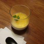 明日香 - デザートのコーヒーゼリープリン。なぜか白いんです。上には生オレンジ