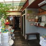 蛸のつぶやき - 奥が服屋。【蛸のつぶやき】入口は通路沿い。