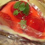 イグレック オガワ - タルトフリュイ・・しっとりした生地の上に甘酸っぱい苺ソースが!