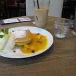 チェルシーカフェ - マンゴーのパンケーキにセットドリンクう(アイスカフェラテ)