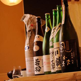 酒好きの店主が吟味して仕入れる、約100種もの地酒!
