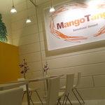 Mango Tango - 白とオレンジを基調にしたポップな店内