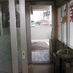 19304838 - 入り口には手洗いスペースが。入店の前に手を洗いましょう