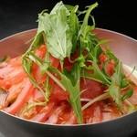 鉄板肉酒場 二代目亀田精肉店 - 女性に大人気! 新鮮野菜のサラダ